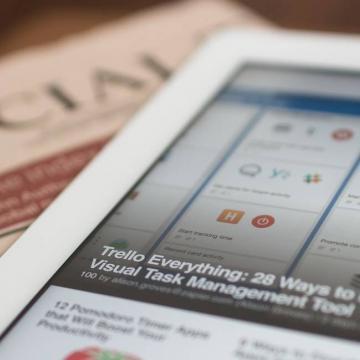 Zakelijke content op een tablet en in een krant