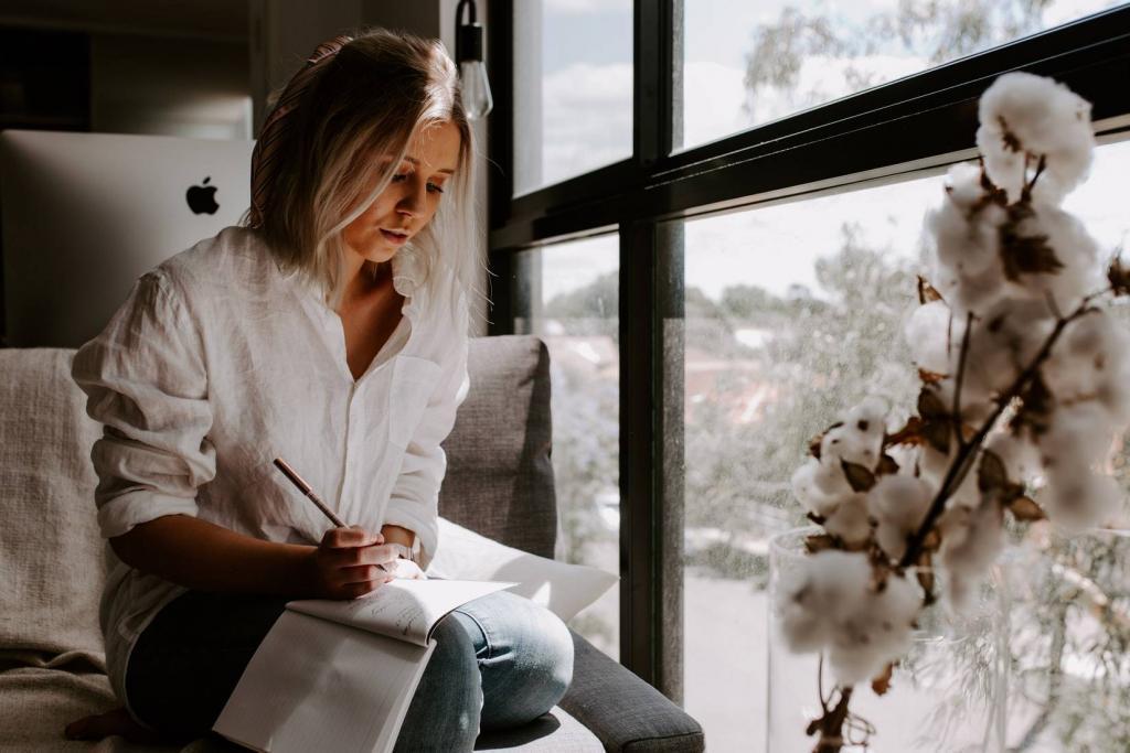 Een vrouw die aan het schrijven is.