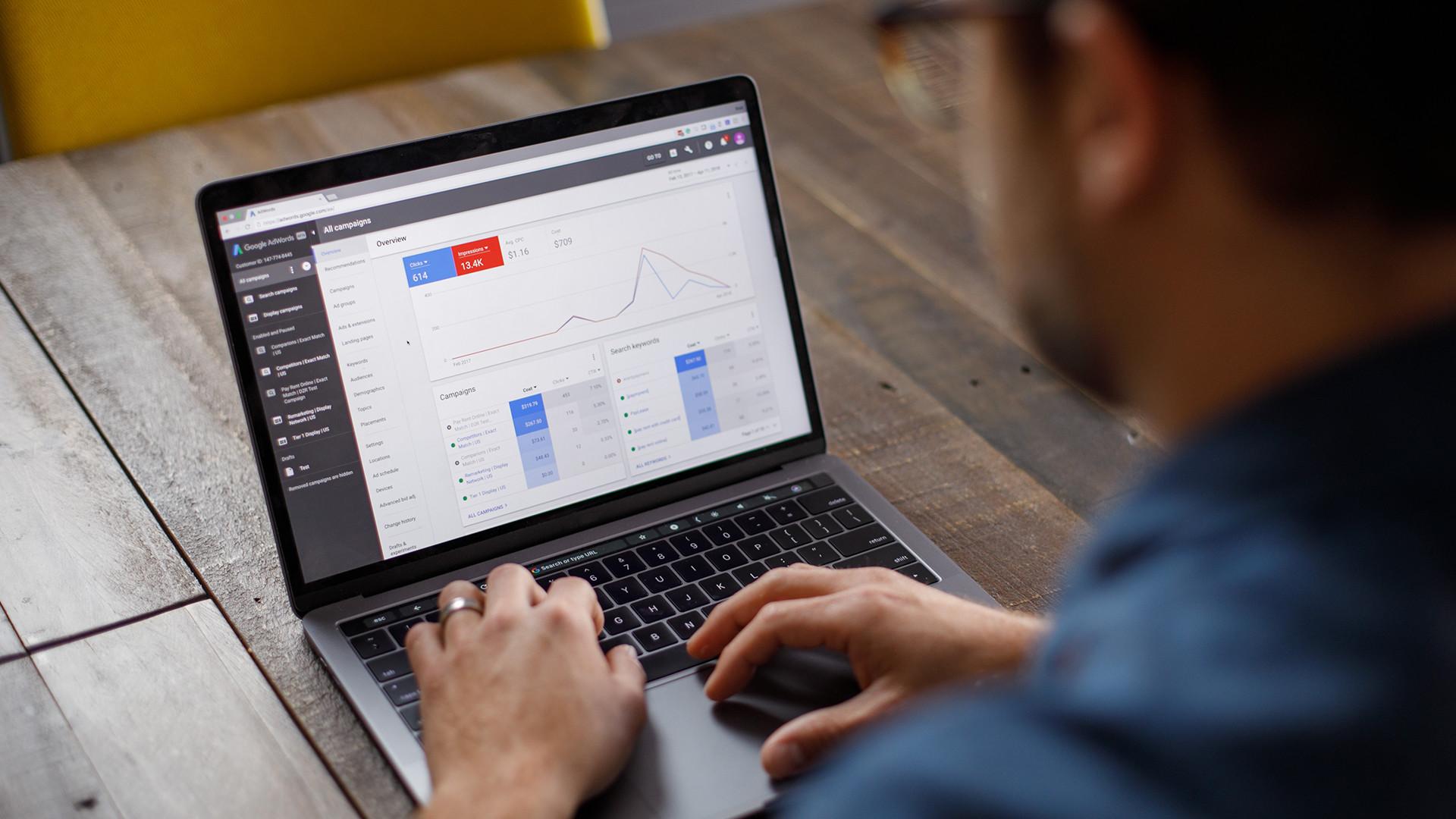 Google Ads overzichtscherm op een laptop