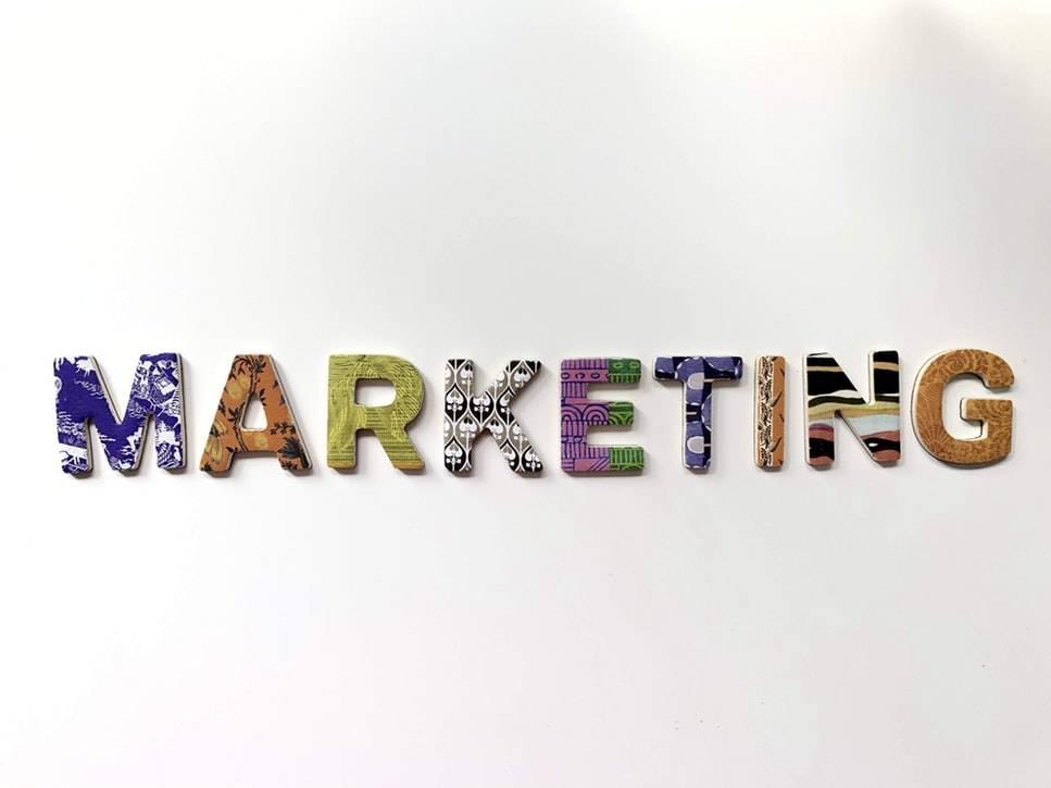 Marketing op een wit bord